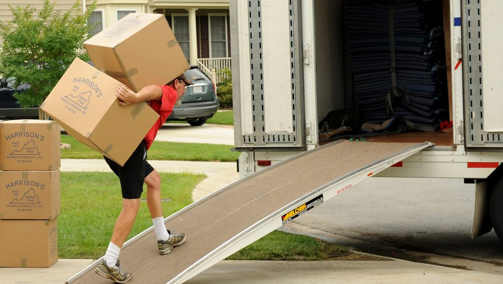 6 Differences Between DIY Moving and Hiring Professional Movers